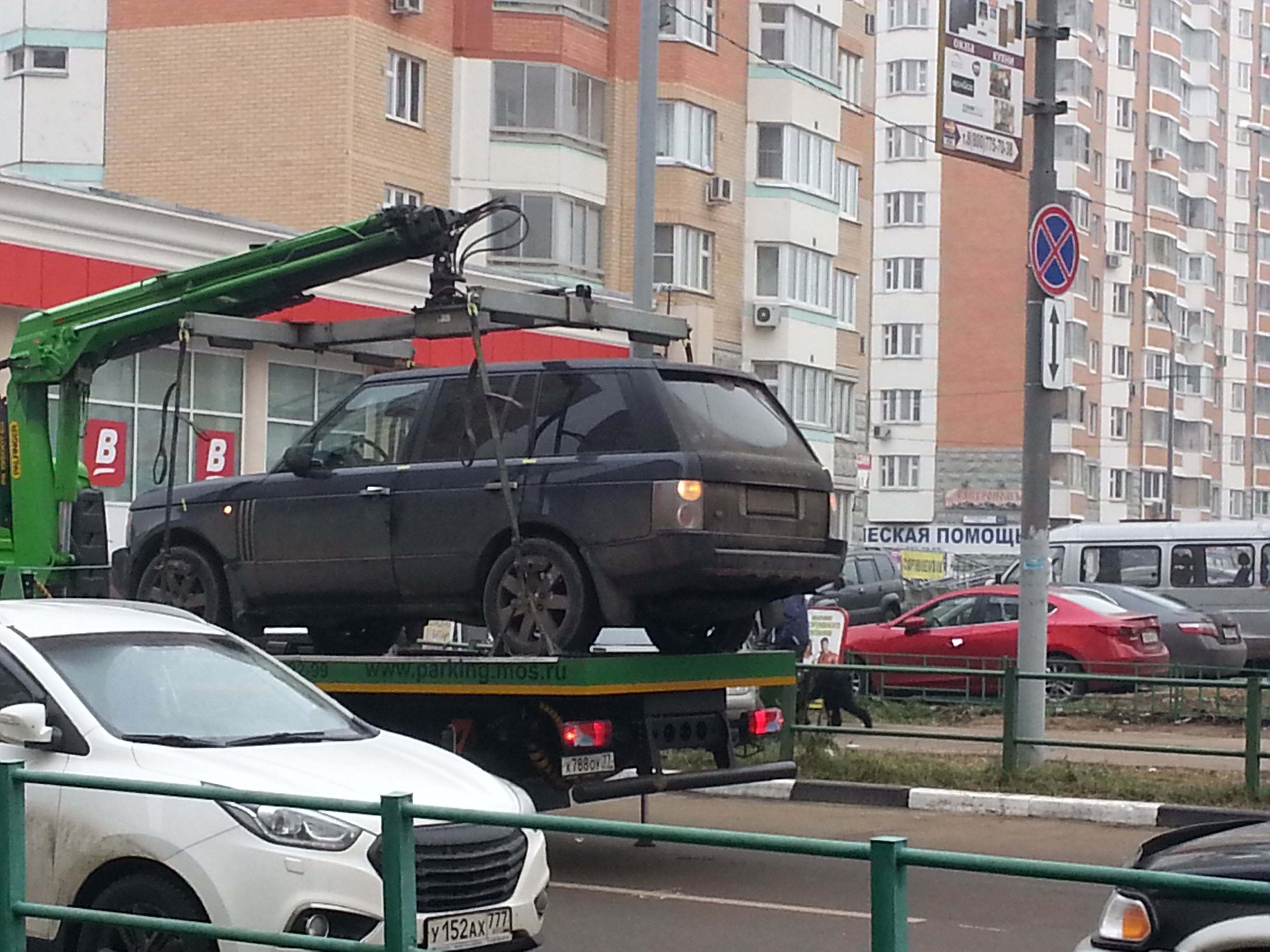 эвакуатор увозит Land Rover Range Rover