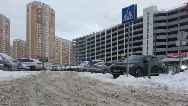 Машины буксуют, пешеходы пробираются по сугробам и вытряхивают снег из ботинок