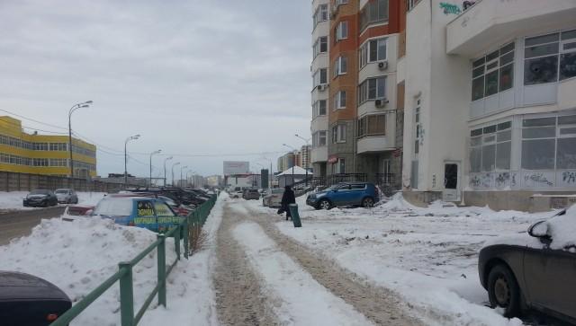 Движение транспорта в граде Московском Комунальщиков как не было, так и нет!