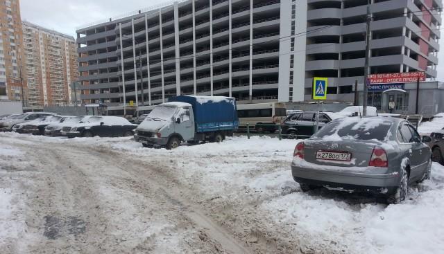 Движение транспорта в граде Московском вечером значительно затруднено из-за продолжающегося снегопада